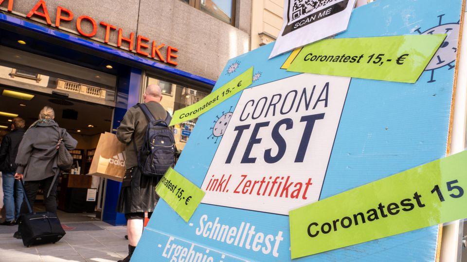 Preisschilder an Coronatest-Hinweisen