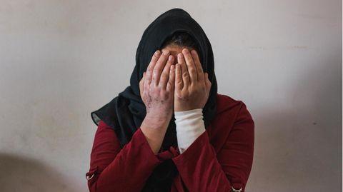 Maleka Mahmoodi, 27, vier Kinder, geboren in Afghanistan, vor der Gewalt geflohen über den Iran, die Türkei und Griechenland