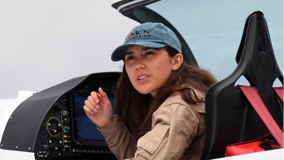 Die 19-jährige Pilotin Zara Rutherford in ihrem Flugzeug-Cockpit