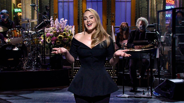 Adele mit Band bei einem Auftritt im amerikanischen Fernsehen
