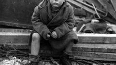 Ikonisches Foto des Zweiten Weltkriegs: Junge sitzt vor den Trümmern seines Hauses, das von einer V2 zerstört wurde.