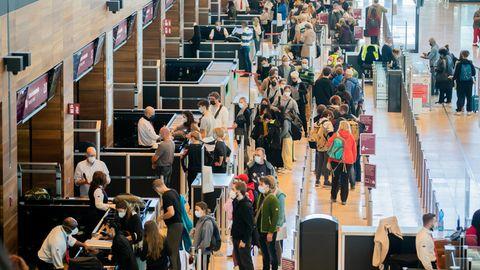Zahlreiche Passagiere stehen am Hauptstadtflughafen BER vor der Sicherheitskontrolle Schlange