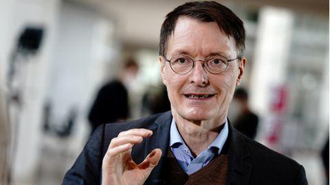 SPD-Gesundheitsexperte Karl Lauterbach spricht und gestikuliert