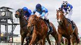 """Jockeys auf ihren Pferden bei einem Rennen auf dem """"Thousand Guineas Day"""""""