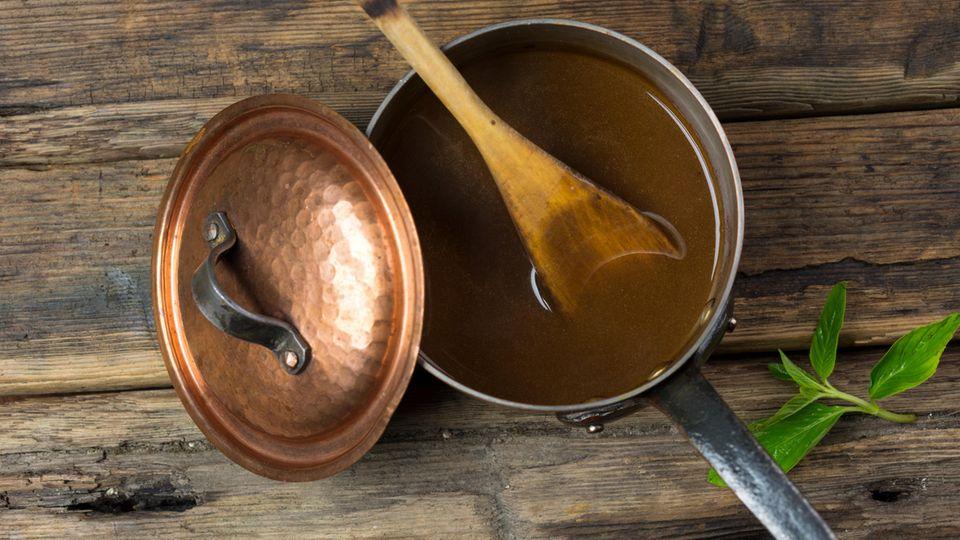 Sebastian Lege macht den Test und versucht, eine fleischlose Bratensauce zusammenzurühren. Dafür nimmt er Kartoffelstärke, klar. Den Fleischgeschmack soll, wie in der Industrie, Hefeextrakt bringen. Und Malzpulver wird für die schöne, braune Farbe benötigt. Das Ergebnis: Ein überzeugende, braune Sauce, die zwar nichts mit echtem Bratensud zu tun hat. Aber auch besonders billig hergestellt werden kann. Die Testesser merken nichts und sind sogar begeistert. Allerdings haben sie auch einen saftigen Sauerbraten zu der Pulversauce gegessen, der den Geschmack vielleicht hineingezaubert hat.