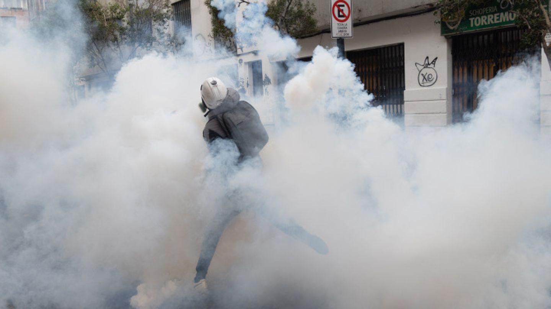 Demonstrant in Tränengaswolke