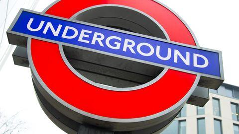 Ein Schild der Londoner U-Bahn