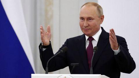 Putin spricht während eines Treffens mit Gesetzgebern der neuen Einberufung der Staatsduma
