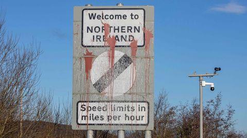 Ein Ortsschild Nordirlands, welches mit Farbe verschmiert wurde.