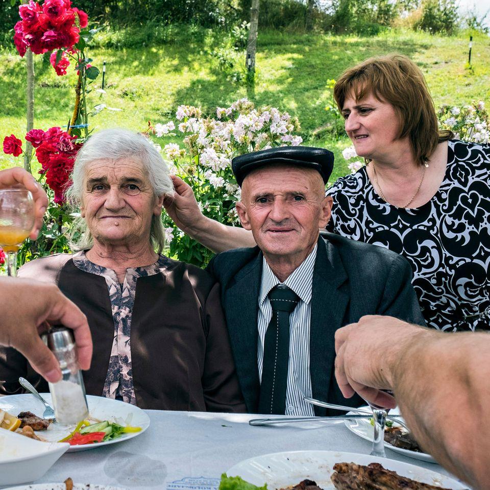 Erseka, Albanien, 2016: Mit einem gemeinsamen Restaurantbesuch feiert eine Familie die 75. Geburtstage der beiden Großeltern.