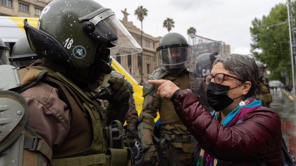 Frau und Polizist stehen sich gegenüber