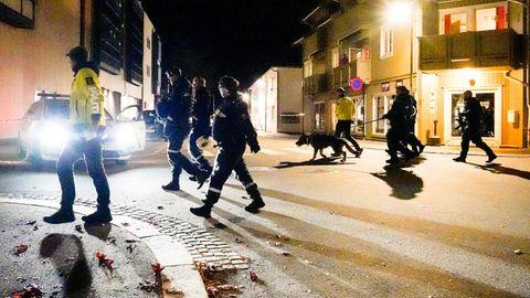 Polizisten durchkämmen die Innenstadt von Kongsberg