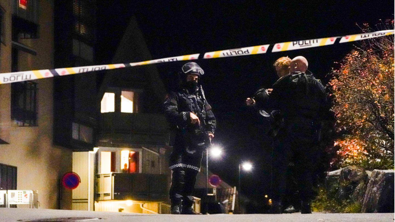 Polizisten ermitteln im Zentrum von Kongsberg nach einer Gewalttat