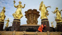Moskau, Russland. Die Hauptstadt wird für den Winter schöngemacht: Ein Angestellter reinigt den Brunnen der Völkerfreundschaftfür die Ausstellung der Errungenschaften der Volkswirtschaft (WDNCh). Der Brunnen war 1954 noch zu sowjetischen Zeitenmit 16 vergoldeten Bronzeskulpturen junger Frauen installiert worden. Um die Brunnenschale mit Weizengarbe tanzendrepräsentieren die Frauen die 16 Republiken der UdSSR. Die Ausstellung in Moskau ist Messe und Vergnügungspark zugleich.