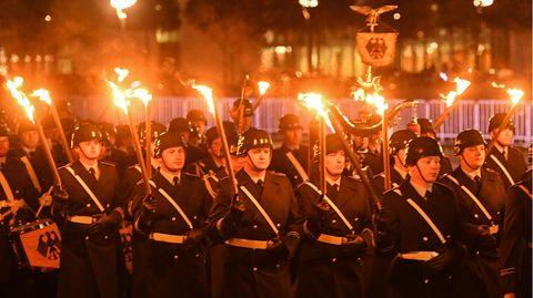 Das Bild von Soldaten mit Stahlhelmen und Fackeln beim Großen Zapfenstreich sorgt in den sozialen Medien für massive Kritik