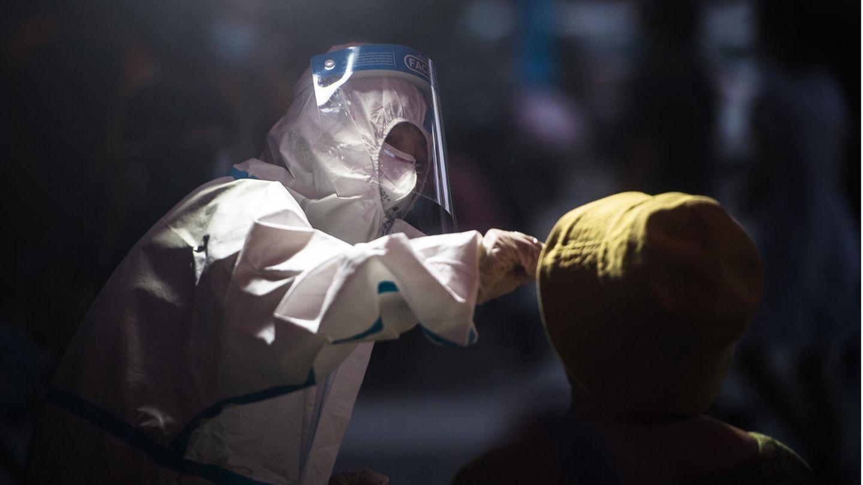 WHO Coronavirus Wuhan: Medizinisches Personal nimmt einen Abstrich für einen Corona-Test