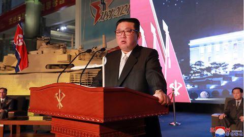 Kim Jong Un, Machthaber von Nordkorea, während einer Ausstellung von Waffensystemen