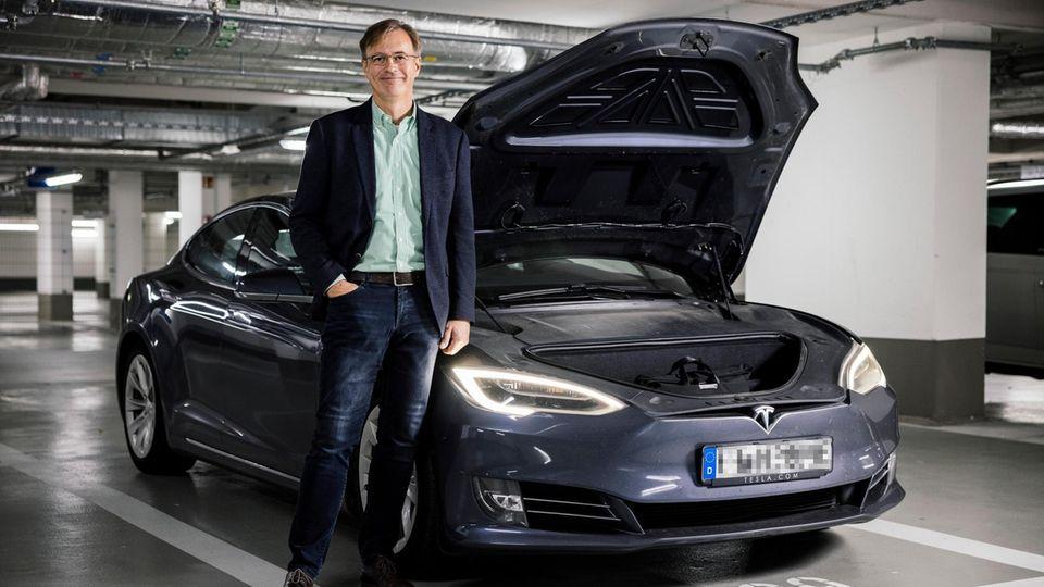 Hanno Pfannkuch und sein Tesla: Wo einst der Motor war, ist heute Platz für Koffer