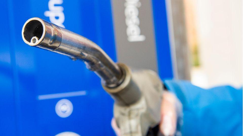 Ein Diesel-Zapfhahn an einer Tankstelle