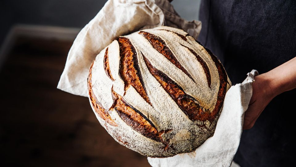 Auf ganz natürlichem Weg findet sich auch im Brot Alkohol. Wenn die Hefe die Kohlenhydrate aus dem Mehl verstoffwechselt, entsteht CO2. Und Alkohol. Ein Großteil des Alkoholgehalts verschwinden zwar beim Backen, aber Brot kann bis zu 0,3 Prozent Alkohol enthalten.