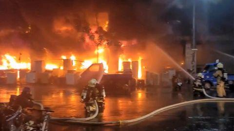 Hochhausbrand in Taiwan: Feuerwehrleute bei den Löscharbeiten