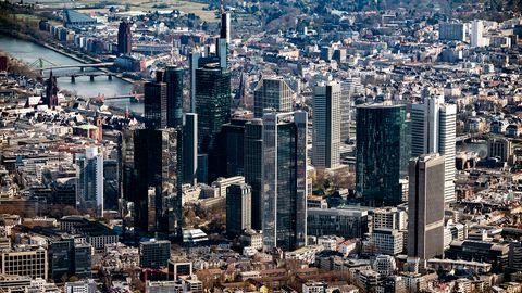 Die Innenstadt von Frankfurt am Main mit dem Bankenviertel, aufgenommen als Luftbild von einem Flugzeug aus
