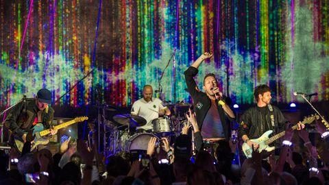 Coldplay steht auf der Bühne und performt