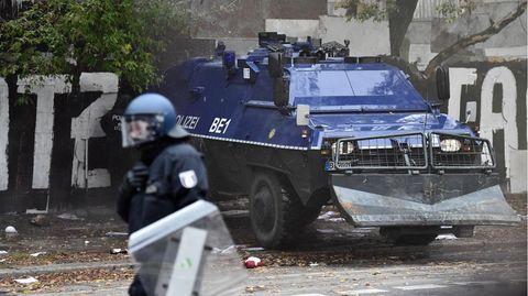 Berlin: Ein Räumfahrzeug der Polizei steht zu Beginn der Räumung am Eingang der Bauwagensiedlung
