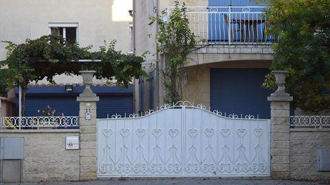 Frankreich, Agde: Die Läden eines Hauses sind verschlossen, wo Sicherheitskräfte eine enthauptete Frau fanden