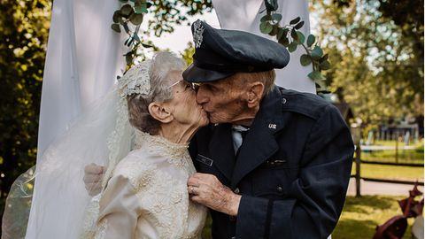 Das Ehepaar küsst sich