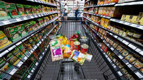Verschiedene Lebensmittel liegen in einem Supermarkt in einem Einkaufswagen