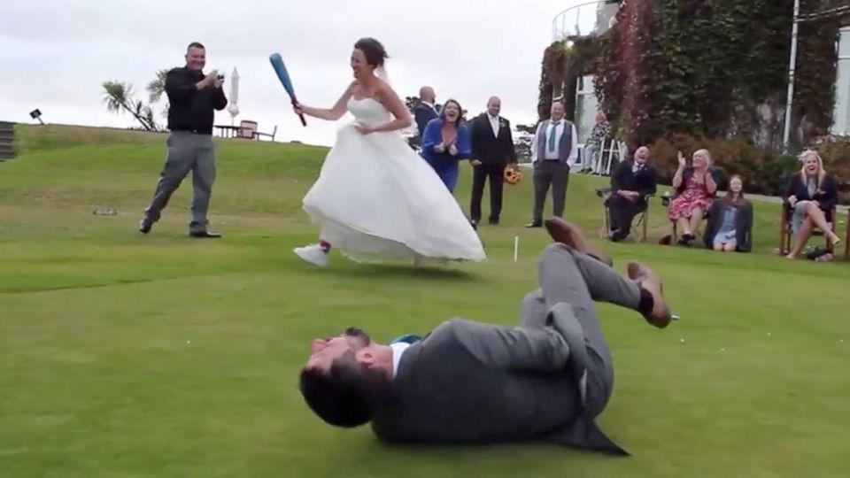 Hochzeit: Braut punktet beim Schlagball – der Bräutigam geht zu Boden