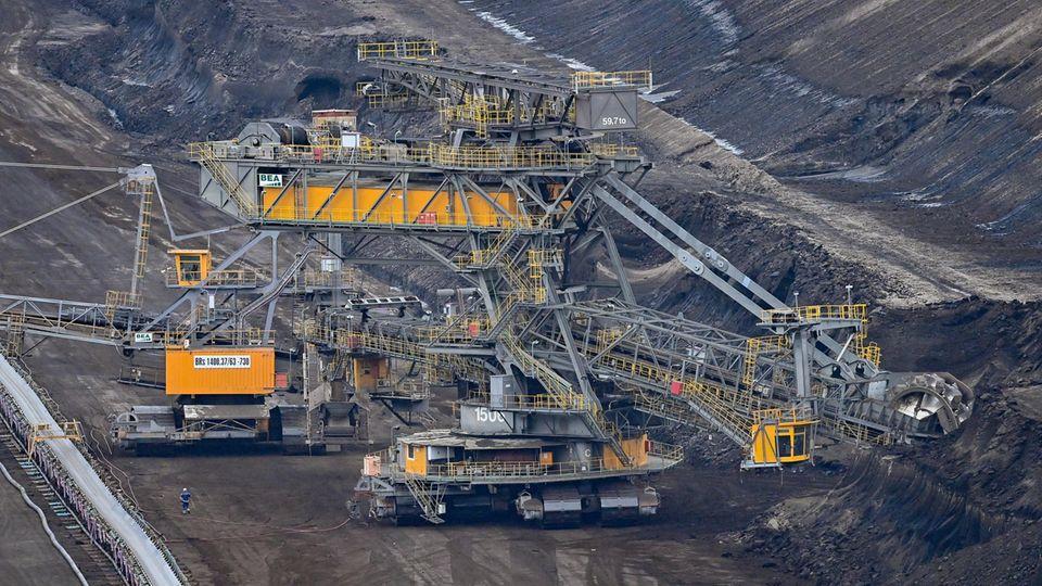 Brandenburg, Grießen: Förderanlagen stehen im Braunkohletagebau Jänschwalde der Lausitz Energie Bergbau AG (LEAG)