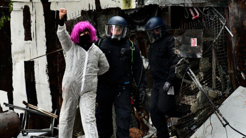 Polizei führt Frau ab