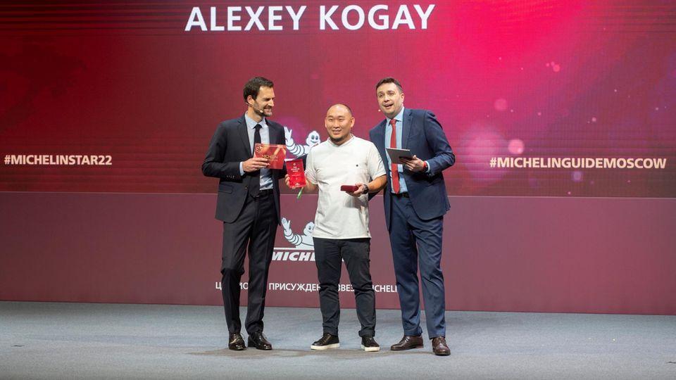 Der Chefkoch des Restaurants Sakhalin Alexej Kogaj (M) hateinen Michelin-Stern erhalten
