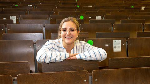 Studentin sitzt im Hörsaal