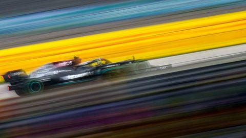 Bewegungsunschärfe: Valtteri Bottas im Mercedes