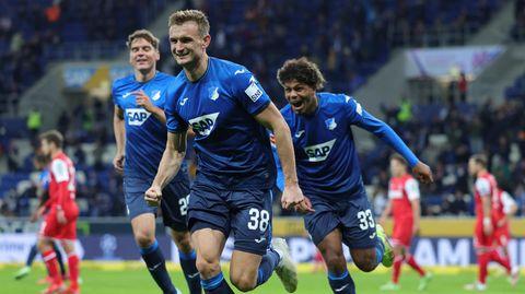 Jubel in Blau: Stefan Posch (vorne) hat gerade auf 5:0 gegen den 1.FC Köln erhöht.