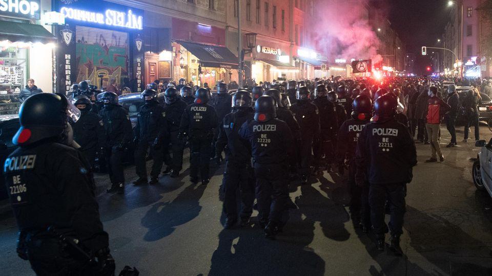 """Berlins Polizei am Abend beim Protest gegen die """"Köpi""""-Räumung am Kottbusser Tor"""