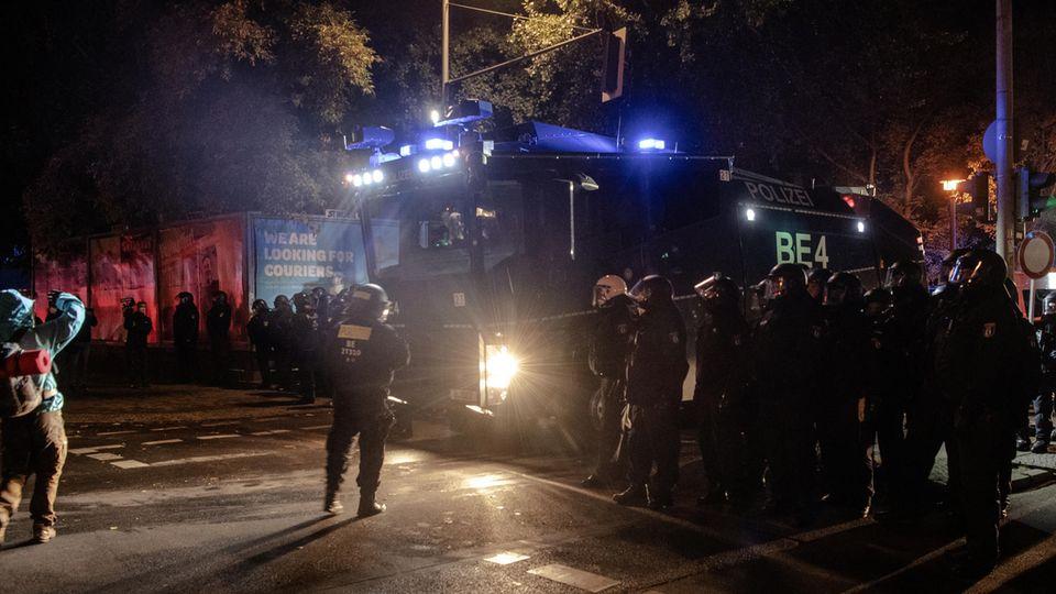 """Berlin: Polizeibeamte stehen an der Köpenicker Straße, in der Nähe des heute geräumten """"Köpis"""""""
