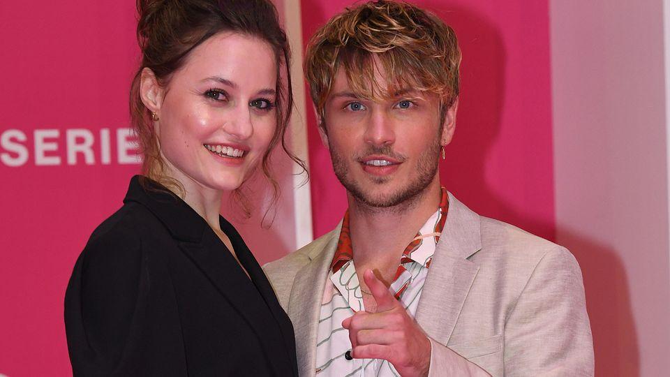 Dominique Devenport und Jannik Schümann posieren auf dem rosa Teppich