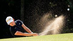 Manno, Japan.Akie Iwai schlägt den Golfball aus einem Sandbunker.