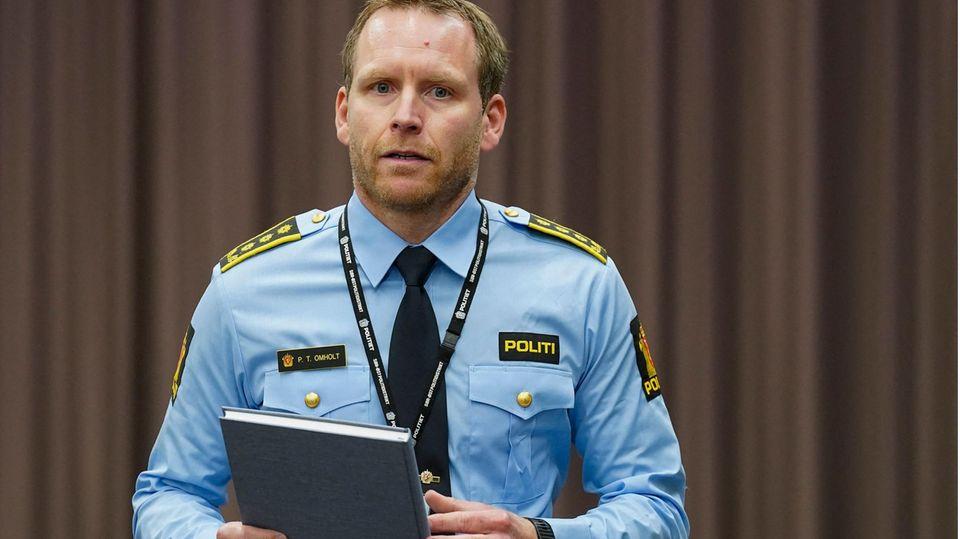 Polizeiinspektor Peter Thomas Omholt spricht bei einer Pressekonferenz in Kongsberg