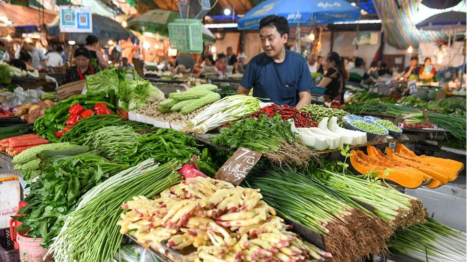 Frisches Obst und Gemüse auf einem chinesischen Nassmarkt