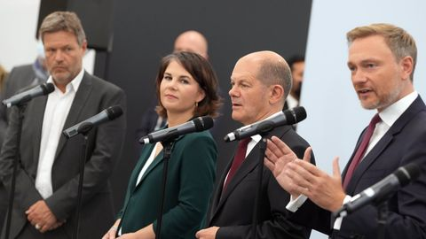 Robert Habeck, Annalena Baerbock, Olaf Scholz, Christian Lindner in einer Reihe an Mikrofonen