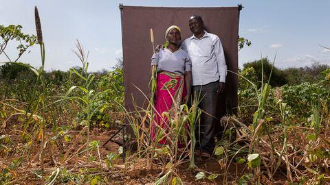 Makali und LIna Kilii auf ihrem vertrockneten Feld in Kinakoni