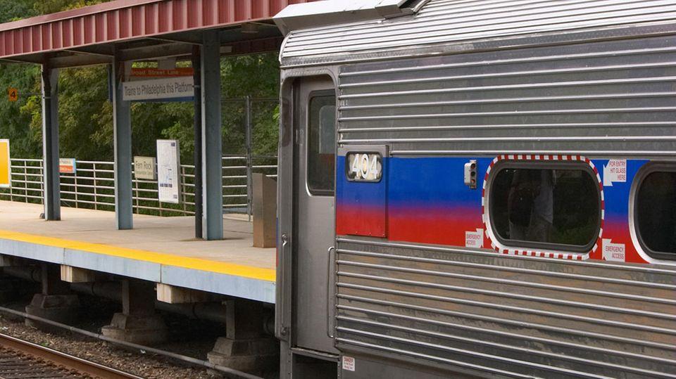 Ein Zug an einem Bahnhof