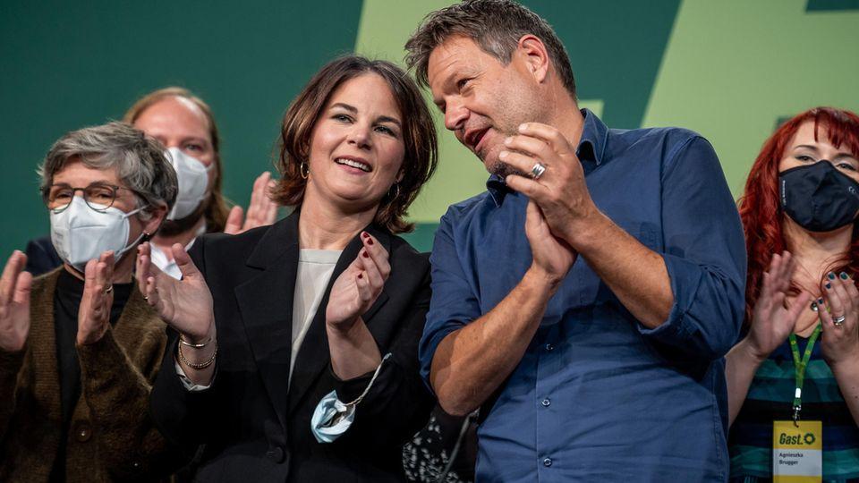 Die Grünen-Vorsitzenden Annalena Baerbock und Robert Habeck freuen sich über das Ja ihrer Partei zur Aufnahme von Koalitionsverhandlungen