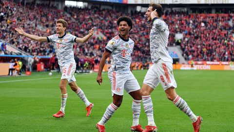 Die Bayern-Spieler Thomas Müller, Serge Gnabry und Leon Goretzka (von links) bei ihrer Machtdemonstration in Leverkusen