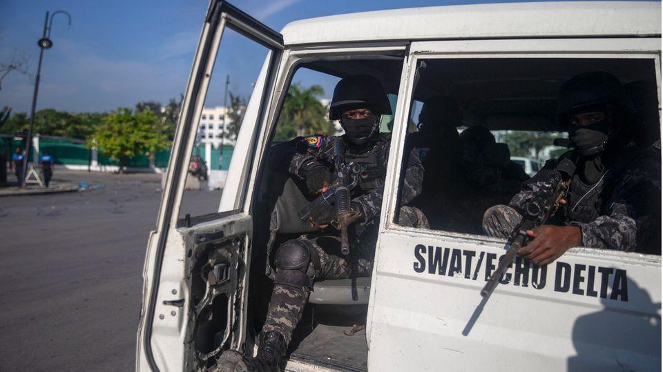 Haiti, Port-Au-Prince: Bewaffnete Sicherheitskräfte halten ihre Schusswaffen in den Händen